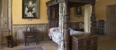 159701-montacute-crimson-bedroom